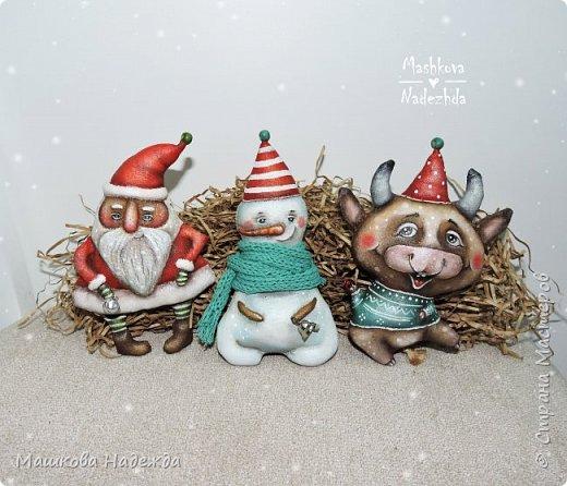 Всем привет!  Хоть Новый год и закончился, все равно покажу вам наборы елочных игрушек ручной работы. Сегодня это компания из Бычка, Деда Мороза и Снеговика. фото 3