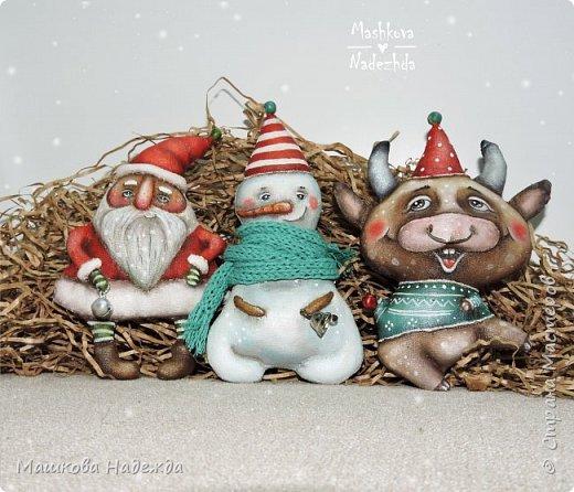 Всем привет!  Хоть Новый год и закончился, все равно покажу вам наборы елочных игрушек ручной работы. Сегодня это компания из Бычка, Деда Мороза и Снеговика. фото 4