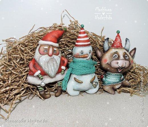 Всем привет!  Хоть Новый год и закончился, все равно покажу вам наборы елочных игрушек ручной работы. Сегодня это компания из Бычка, Деда Мороза и Снеговика. фото 5