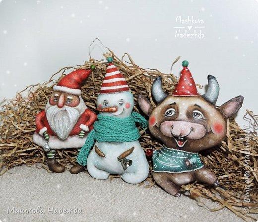 Всем привет!  Хоть Новый год и закончился, все равно покажу вам наборы елочных игрушек ручной работы. Сегодня это компания из Бычка, Деда Мороза и Снеговика. фото 6