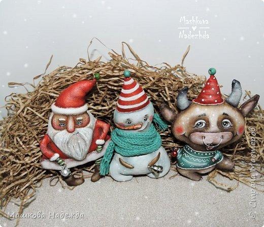 Всем привет!  Хоть Новый год и закончился, все равно покажу вам наборы елочных игрушек ручной работы. Сегодня это компания из Бычка, Деда Мороза и Снеговика. фото 7
