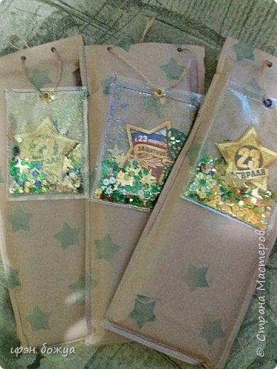 Всем добрый день. Сегодня я показываю подарки которые я готовила для коллег по работе. Скорее не подарок а как упакованы подарки. Внутри пакетов: планинг, набор самоклеек и шоколад. Упаковка сделана из крафт бумаги, отштампованы зелеными звездами. Сами пакеты прошиты на швейной машинке. В виде поздравления сделала шейкеры: во внутрь поместила шильдик с надписью и засыпала пайетками зелено-золотыми и немного блесток тоже подходящего цвета.