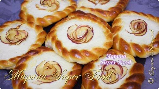 Всем привет! Давайте сегодня приготовим очень удачный рецепт булочек с творогом и яблоками. Получаются пышные, вкусные и ароматные.  Все Мастер-Классы с большим количеством фото и подробным описанием рецепта есть на моем канале в ДЗЕН - Марина Super Food  Тесто (8 шт.): Мука пш. в/с - 400 гр. Сухие дрожжи - 4 гр. Сахар - 40 гр. Растительное масло - 50 мл. Кефир - 100 мл. Яйцо - 1 шт. Молоко теплое - 100 мл. Ванильный сахар - 8 гр.  Соль - 0,5 ч.л  Начинка: 180 гр. творога 3 ст.л сахара 1 яйцо (1/2 в начинку + 1/2 для смазывания теста перед выпечкой) 1 ст.л сметаны 1 ст.л крахмала 1/2 ч.л ванильного экстракта 1 - 2 шт. яблоки  Видео рецепт Вы можете посмотреть тут. Я как всегда желаю Вам приятного аппетита, готовьте с удовольствием!