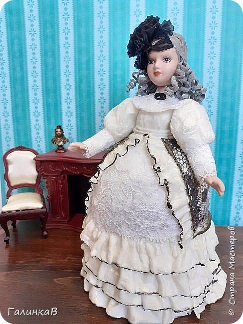"""Всем добрый день! Сегодня у меня работа по реанимации куколки, вернее того, что от нее осталось. Помните, одно время все собирали коллекцию """"Дамы эпохи""""? Вот эту куклену я и попыталась вернуть к жизни. Сделана она в смешанной технике. От куклы взяты голова, торс и руки.  Платье - это использованный флакон из-под жидкого мыла. Флакон послужил основанием для пышного платья."""