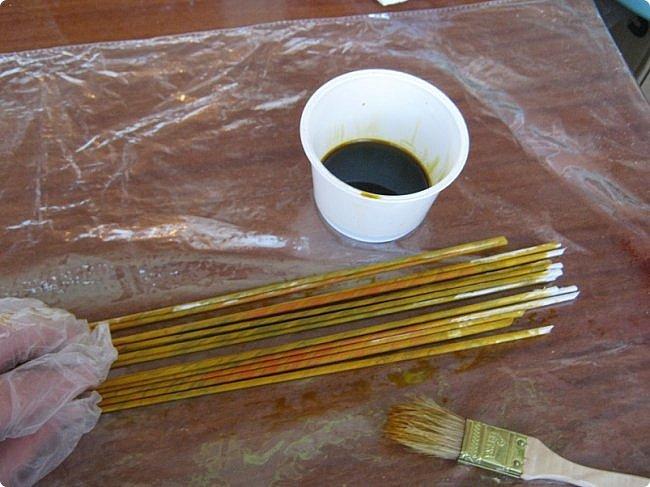Для окраски нам понадобятся трубочки, морилка ВОДНАЯ, кисточки, плошки, в которые будем наливать краску, большая клеенка, на которой будем красить, тряпочка, протирать клеенку между разными цветами окраски. фото 4