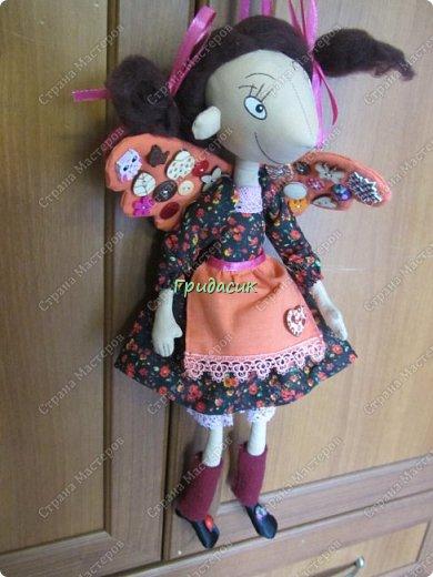 """Приветствую вас, мои давние знакомые. Незнакомым тоже рада! На заглавном фото куклы замечательной мастерицы. Многие с ней знакомы, у некоторых даже есть ее куклы. Узнали руку? Увидела у нее в инстаграмме серию постов с куклами. И влюбилась в ту, которая справа. Она там была в похожем исполнении. Именно такая цветовая подборка меня и зацепила. Неделю собиралась с духом, считала свои финансы, и, наконец, решилась!  Написала, спросила скока стОит. На что получила ответ: """"Я своим (СВОИМ!!!) НЕ продаю!"""" Опа-на? Оказывается, она мне ее подарит. Ну-у-у-у-у... Все мы подарки любим, канешна..... А я что могу предложить? В ответ попросила связать салфетку. Овальную или прямоугольную. Схема - на мой выбор. фото 33"""