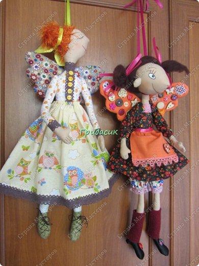 """Приветствую вас, мои давние знакомые. Незнакомым тоже рада! На заглавном фото куклы замечательной мастерицы. Многие с ней знакомы, у некоторых даже есть ее куклы. Узнали руку? Увидела у нее в инстаграмме серию постов с куклами. И влюбилась в ту, которая справа. Она там была в похожем исполнении. Именно такая цветовая подборка меня и зацепила. Неделю собиралась с духом, считала свои финансы, и, наконец, решилась!  Написала, спросила скока стОит. На что получила ответ: """"Я своим (СВОИМ!!!) НЕ продаю!"""" Опа-на? Оказывается, она мне ее подарит. Ну-у-у-у-у... Все мы подарки любим, канешна..... А я что могу предложить? В ответ попросила связать салфетку. Овальную или прямоугольную. Схема - на мой выбор. фото 37"""