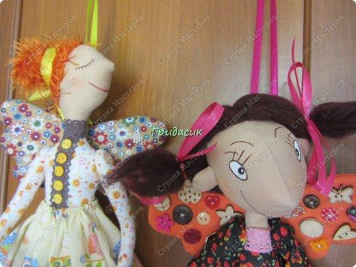 """Приветствую вас, мои давние знакомые. Незнакомым тоже рада! На заглавном фото куклы замечательной мастерицы. Многие с ней знакомы, у некоторых даже есть ее куклы. Узнали руку? Увидела у нее в инстаграмме серию постов с куклами. И влюбилась в ту, которая справа. Она там была в похожем исполнении. Именно такая цветовая подборка меня и зацепила. Неделю собиралась с духом, считала свои финансы, и, наконец, решилась!  Написала, спросила скока стОит. На что получила ответ: """"Я своим (СВОИМ!!!) НЕ продаю!"""" Опа-на? Оказывается, она мне ее подарит. Ну-у-у-у-у... Все мы подарки любим, канешна..... А я что могу предложить? В ответ попросила связать салфетку. Овальную или прямоугольную. Схема - на мой выбор. фото 38"""