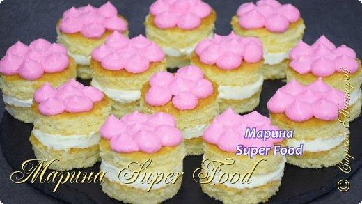 Всем привет! Сегодня я приготовлю вот такие потрясающие нежные пирожные. Пышный, воздушный бисквит и нежнейший крем! Попробуйте приготовить!  Все Мастер-Классы с большим количеством фото и подробным описанием рецепта есть на моем канале в ДЗЕН - Марина Super Food  Состав бисквита: 200 г. муки 120 г. сахара 6 яйц 1 ч.л разрыхлителя для теста 1 ч.л ванильного экстракта щепотка соли  Сахарный сироп: 80 гр. сахара 120 мл воды  Крем: 200 гр. сливки жирностью 30 % 100 г. сахарной пудры 8 г. ванильного сахара 250 г. маскарпоне  Видео рецепт Вы можете посмотреть тут. Я как всегда желаю Вам приятного аппетита, готовьте с удовольствием!