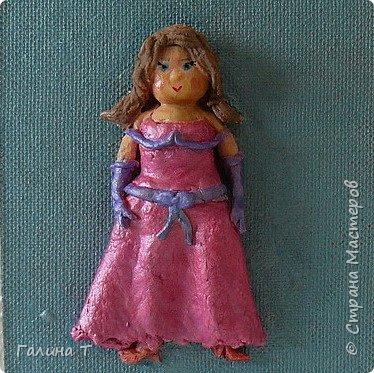 Ах, какое прекрасное время — выпускные балы. Вы уже выбрали платье для бала? Традиционное бальное платье — это платье с пышной юбкой, очень длинное, до пола или до лодыжки, из дорогих тканей и украшенное отделкой: кружевами, шитьем, блестками, бисером, гарусом. В соответствии с модой варьируются силуэт бального платья, пропорции, формы рукава и степень открытости декольте. Шьется бальное платье обычно на заказ, но можно купить и готовое бальное платье. фото 1