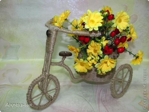 При выборе обязательного задания долго не раздумывала, конечно же, День рождения велосипеда! Давно заглядывалась на забавные велосипедики-кашпо для цветов. Интернет-магазины предлагают широкий ассортимент кашпо в форме велосипедов (на один и два горшка) из природного материала, которые прекрасно дополнят любой интерьер и придадут комнатным цветам и растениям новый вид, но гораздо приятнее сделать кашпо для цветов своими руками и поставить в него любимый цветок.  фото 1
