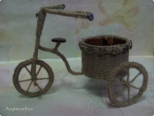 При выборе обязательного задания долго не раздумывала, конечно же, День рождения велосипеда! Давно заглядывалась на забавные велосипедики-кашпо для цветов. Интернет-магазины предлагают широкий ассортимент кашпо в форме велосипедов (на один и два горшка) из природного материала, которые прекрасно дополнят любой интерьер и придадут комнатным цветам и растениям новый вид, но гораздо приятнее сделать кашпо для цветов своими руками и поставить в него любимый цветок.  фото 4