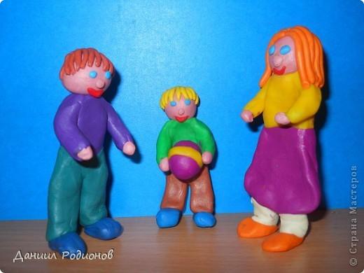 На День братьев и сестёр я сделал из пластилина братьев и сестру. Они играют в мяч. фото 1