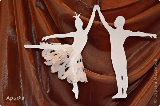"""В 1877 году на сцене Большого театра состоялась премьера балета П. И. Чайковского """"Лебединое озеро"""". С тех пор """"Лебединое озеро"""" стало классикой мировой хореографии и главным спектаклем лучших балетных сцен мира. Давайте вспомним, с чего начинается это произведение. Юный принц Зигфрид достиг совершеннолетия. К нему собрались друзья. Но приход матери принца прерывает их веселье. Мать недовольна беспечной жизнью сына и решает женить его… …Белые лебеди - это прекрасные девушки, заколдованные злым волшебником Ротбардом. Только по ночам возвращается к ним человеческий облик. На берегу озера Зигфрид встречает королеву лебедей Одетту. Ее красота очаровывает принца, и он клянется Одетте в вечной любви. Зигфрид уверен в силе своего чувства - он освободит Одетту от власти чародея… В конце работы мы узнаем, чем закончится эта история.  фото 1"""
