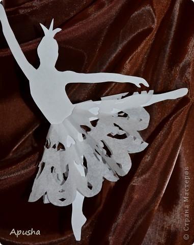 """В 1877 году на сцене Большого театра состоялась премьера балета П. И. Чайковского """"Лебединое озеро"""". С тех пор """"Лебединое озеро"""" стало классикой мировой хореографии и главным спектаклем лучших балетных сцен мира. Давайте вспомним, с чего начинается это произведение. Юный принц Зигфрид достиг совершеннолетия. К нему собрались друзья. Но приход матери принца прерывает их веселье. Мать недовольна беспечной жизнью сына и решает женить его… …Белые лебеди - это прекрасные девушки, заколдованные злым волшебником Ротбардом. Только по ночам возвращается к ним человеческий облик. На берегу озера Зигфрид встречает королеву лебедей Одетту. Ее красота очаровывает принца, и он клянется Одетте в вечной любви. Зигфрид уверен в силе своего чувства - он освободит Одетту от власти чародея… В конце работы мы узнаем, чем закончится эта история.  фото 5"""