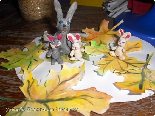 """Осень, когда осыпался с деревьев золотой лист, родились у старой зайчихи на болоте три аленьких зайчонка. Называют охотники осенних зайчат листопадничками. Каждое утро смотрели зайчата, как разгуливаю журавли по зеленому болоту, как учатся летать долговязые журавлята. - Вот бы и мне так полетать, - сказал матери самый маленький зайчонок. - Не говори глупости! – строго ответила старая зайчиха. – Разве зайцам полагается летать? (Иван СОКОЛОВ-МИКИТОВ, отрывок из сказки """"Листопадничек"""") фото 6"""