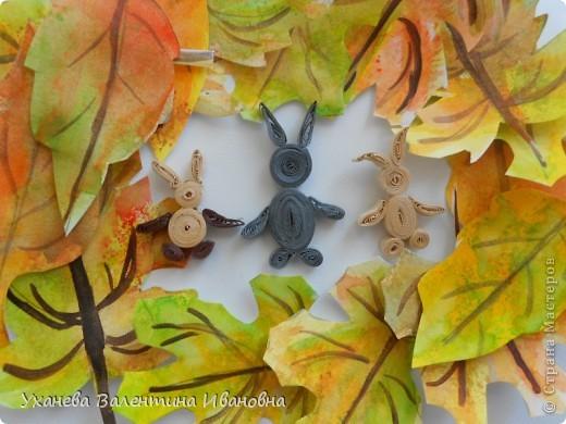 """Осень, когда осыпался с деревьев золотой лист, родились у старой зайчихи на болоте три аленьких зайчонка. Называют охотники осенних зайчат листопадничками. Каждое утро смотрели зайчата, как разгуливаю журавли по зеленому болоту, как учатся летать долговязые журавлята. - Вот бы и мне так полетать, - сказал матери самый маленький зайчонок. - Не говори глупости! – строго ответила старая зайчиха. – Разве зайцам полагается летать? (Иван СОКОЛОВ-МИКИТОВ, отрывок из сказки """"Листопадничек"""") фото 8"""