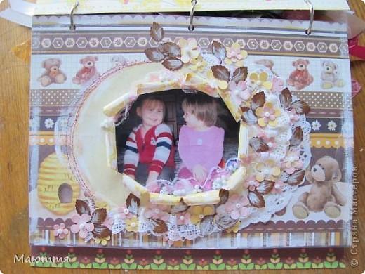 Вот такой альбом я сделала про своих младших дочек-сестричек. Давно лежали распечатанные фотки, но конкурс подстегнул творческий процесс))) Альбомчик всего на 4 фотки, но в них целая история! Сейчас поймете о чем я))  Одна из девочек  - приемная фото 4