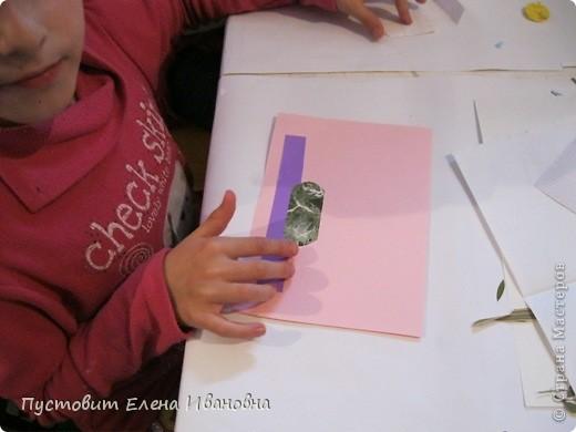 Вот такой букетик анютиных глазок появился у нас в кружковой на одном из последних занятий.Работа выполнена в древней японской технике «ошибана»-в этой технике используются растения,засушенные под прессом. Научное название этого цветка по-латыни «виола триколор » — фиалка трехцветная. Принадлежит она к семейству фиалковых. Это двулетнее травянистое растение с одиночными цветками на длинных стеблях. Цветки ее действительно трех цветов: верхние их лепестки окрашены в фиолетовый или темно-синий цвета, нижние — в белый или желтый, а центральная часть оранжево-желтая. Этим она отличается от своей ближайшей родственницы — фиалки душистой. В на- роде существуют и другие ее названия: анютины глазки, братики, брат-и-сестра, сороканедужник, полуцвет, трехцветка, топорчики. Цветет фиалка трехцветная с апреля до осени. . Дикое растение со скромными желто-лиловыми цветками превратилось в крупные, восхитительные нежно-бархатистые анютины глазки. Первая попытка сделать этот цветок садовым была предпринята в XVI веке в садах принца Вильгельма Гессен-Кассельского. Очень любил фиалки Гёте. Каждую весну он сам их сеял в окрестностях Веймара. До сих пор эти цветы называют там «цветами Гёте», а немецкие садовники вывели сорта «Доктор Фауст» (почти черные).  фото 4