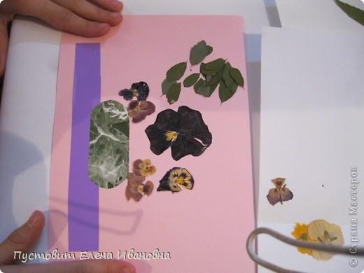 Вот такой букетик анютиных глазок появился у нас в кружковой на одном из последних занятий.Работа выполнена в древней японской технике «ошибана»-в этой технике используются растения,засушенные под прессом. Научное название этого цветка по-латыни «виола триколор » — фиалка трехцветная. Принадлежит она к семейству фиалковых. Это двулетнее травянистое растение с одиночными цветками на длинных стеблях. Цветки ее действительно трех цветов: верхние их лепестки окрашены в фиолетовый или темно-синий цвета, нижние — в белый или желтый, а центральная часть оранжево-желтая. Этим она отличается от своей ближайшей родственницы — фиалки душистой. В на- роде существуют и другие ее названия: анютины глазки, братики, брат-и-сестра, сороканедужник, полуцвет, трехцветка, топорчики. Цветет фиалка трехцветная с апреля до осени. . Дикое растение со скромными желто-лиловыми цветками превратилось в крупные, восхитительные нежно-бархатистые анютины глазки. Первая попытка сделать этот цветок садовым была предпринята в XVI веке в садах принца Вильгельма Гессен-Кассельского. Очень любил фиалки Гёте. Каждую весну он сам их сеял в окрестностях Веймара. До сих пор эти цветы называют там «цветами Гёте», а немецкие садовники вывели сорта «Доктор Фауст» (почти черные).  фото 6