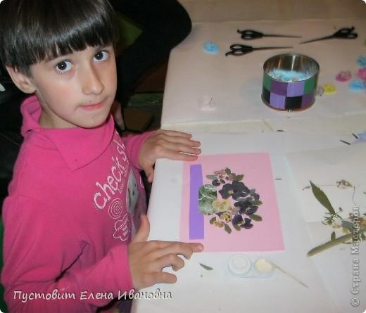 Вот такой букетик анютиных глазок появился у нас в кружковой на одном из последних занятий.Работа выполнена в древней японской технике «ошибана»-в этой технике используются растения,засушенные под прессом. Научное название этого цветка по-латыни «виола триколор » — фиалка трехцветная. Принадлежит она к семейству фиалковых. Это двулетнее травянистое растение с одиночными цветками на длинных стеблях. Цветки ее действительно трех цветов: верхние их лепестки окрашены в фиолетовый или темно-синий цвета, нижние — в белый или желтый, а центральная часть оранжево-желтая. Этим она отличается от своей ближайшей родственницы — фиалки душистой. В на- роде существуют и другие ее названия: анютины глазки, братики, брат-и-сестра, сороканедужник, полуцвет, трехцветка, топорчики. Цветет фиалка трехцветная с апреля до осени. . Дикое растение со скромными желто-лиловыми цветками превратилось в крупные, восхитительные нежно-бархатистые анютины глазки. Первая попытка сделать этот цветок садовым была предпринята в XVI веке в садах принца Вильгельма Гессен-Кассельского. Очень любил фиалки Гёте. Каждую весну он сам их сеял в окрестностях Веймара. До сих пор эти цветы называют там «цветами Гёте», а немецкие садовники вывели сорта «Доктор Фауст» (почти черные).  фото 7