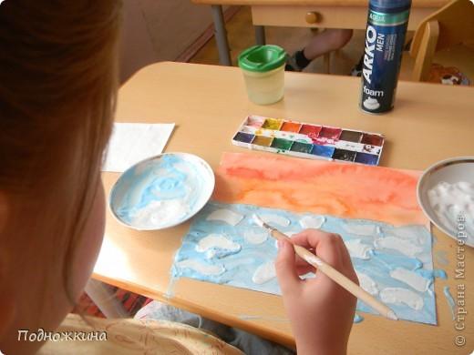 """Тему  выбрали одну из своих любимых – море…. Иван Айвазовский – художник-маринист.На картинах Айвазовского преобладают морские пейзажи......Наш рисунок -пейзаж """" Море на закате солнца""""…                          Я рисую море Я рисую море, Голубые дали. Вы такого моря Просто не видали! У меня такая Краска голубая, Что волна любая Просто как живая! Я сижу тихонько Около прибоя - Окунаю кисточку В море голубое. В.Орлов  фото 4"""