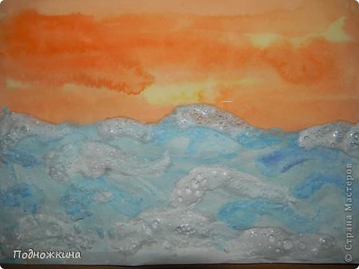 """Тему  выбрали одну из своих любимых – море…. Иван Айвазовский – художник-маринист.На картинах Айвазовского преобладают морские пейзажи......Наш рисунок -пейзаж """" Море на закате солнца""""…                          Я рисую море Я рисую море, Голубые дали. Вы такого моря Просто не видали! У меня такая Краска голубая, Что волна любая Просто как живая! Я сижу тихонько Около прибоя - Окунаю кисточку В море голубое. В.Орлов  фото 1"""