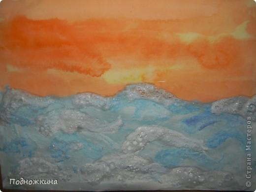 """Тему  выбрали одну из своих любимых – море…. Иван Айвазовский – художник-маринист.На картинах Айвазовского преобладают морские пейзажи......Наш рисунок -пейзаж """" Море на закате солнца""""…                          Я рисую море Я рисую море, Голубые дали. Вы такого моря Просто не видали! У меня такая Краска голубая, Что волна любая Просто как живая! Я сижу тихонько Около прибоя - Окунаю кисточку В море голубое. В.Орлов  фото 8"""