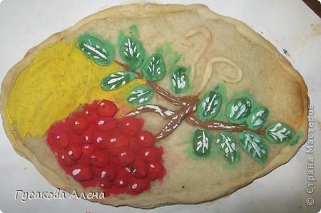 """Мое любимое время года - это осень. Именно в сентябре созревает самая красивая  и полезная ягода рябина. Так как я очень люблю работать с соленым тестом, то решила выполнить поделку """"Гроздья рябины"""". фото 2"""