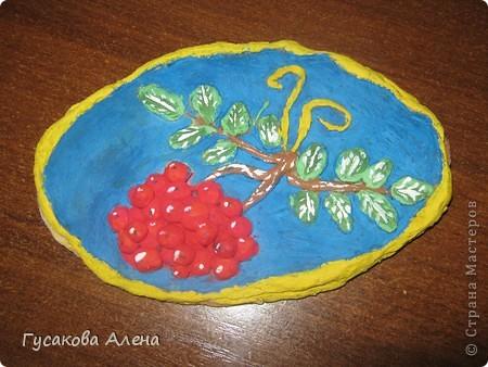 """Мое любимое время года - это осень. Именно в сентябре созревает самая красивая  и полезная ягода рябина. Так как я очень люблю работать с соленым тестом, то решила выполнить поделку """"Гроздья рябины"""". фото 1"""