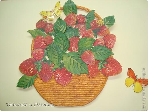 Мне выпал день ягодного изобилия.И я решила сделать такую клубничку,потому что я ее очень люблю.  Сладка ягода на грядке  Расселилась без оглядки,  Длинным усиком-рукою  Наделила всех землею -  Пышно барыньки сидят,  Белым цветом веселят!  Красна ягода зарделась  Сладким соком налилась  Что за ягода созрела,  А? Клубникой назвалась!  фото 4
