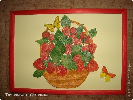 Мне выпал день ягодного изобилия.И я решила сделать такую клубничку,потому что я ее очень люблю.  Сладка ягода на грядке  Расселилась без оглядки,  Длинным усиком-рукою  Наделила всех землею -  Пышно барыньки сидят,  Белым цветом веселят!  Красна ягода зарделась  Сладким соком налилась  Что за ягода созрела,  А? Клубникой назвалась!  фото 5