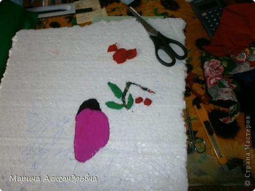 Это первая наша с Тимкой проба в технике пэчворк на пенопласте.использовали и ткань и бумагу.Для того ,чтобы придать обьём подкладывали вату. ВИСЯТ НА ВЕТКЕ ПОДРУЖКИ ПРИЖАВШИСЬ К ДРУГ ДРУЖКЕ..... фото 2