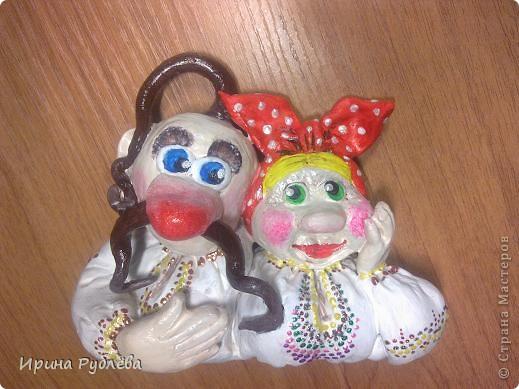 """Я говорю на русском языке.  Он мой родной, и это не отнимешь.  на нём пишу, скрипя пером в руке;  я с ним живу, и с ним приду на финиш.  Косноязычны первые слова,  и так волшебны Пушкинские сказки.  Там спящая царевна не мертва,  а Черномор, Наина – только маски.  Я в Украине – русская душа,  а мой народ из двух исконных, главных.  Здесь сотни лет могилы сторожат  кресты церквей единых, православных.  Родная речь, любимый Божий дар, -  он с молоком нам матерью даётся  среди берёз, акаций и чинар,  на этажах и в хате у колодца.  (""""Я говорю на русском языке""""...  Василий Толстоус фото 4"""