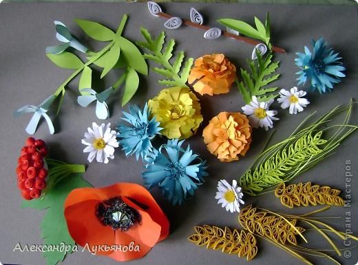 В своей работе я хочу рассказать о цветах и растениях в украинских традициях и культуре. Испокон веков уважают в Украине цветы. Нет ни одного украинского дома, около которого заботливые руки хозяйки не устроили бы яркие цветочные островки. Они милуют глаз, нежно волнуют душу, крепко привязывают наши сердца к родительскому дому. фото 2