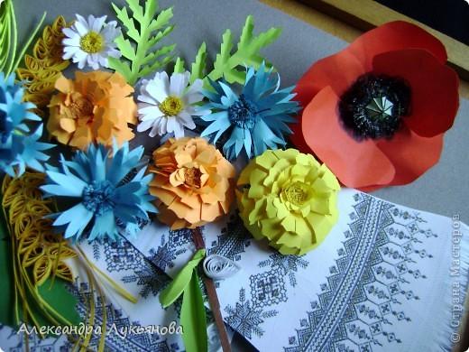 В своей работе я хочу рассказать о цветах и растениях в украинских традициях и культуре. Испокон веков уважают в Украине цветы. Нет ни одного украинского дома, около которого заботливые руки хозяйки не устроили бы яркие цветочные островки. Они милуют глаз, нежно волнуют душу, крепко привязывают наши сердца к родительскому дому. фото 8