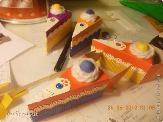 Чтобы поздравить учеников с успешным окончанием 1-го класса, я решила каждому вручить по коробочке с сюрпризом. Так мы еще в мае  отметили грядущий день торта. фото 6