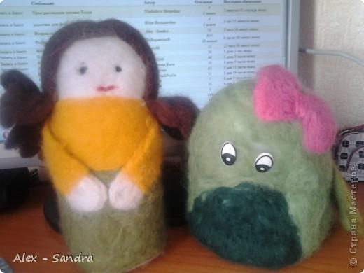 """Предлагаю вашему вниманию две мягкие игрушки  из шерсти. Их я сделала моим младшим сестрам на День Защиты Детей.Лере-дракона, а Василисе-куколку. Правда, Лера их нашла сегодня, и поэтому они раньше срока попали в руки мелким.Но вот в чем я ошиблась: Куклу надо было делать на подобии Маши из любимого Васиного мультика """"Маша и Медведь"""". Но сестры остались довольны. фото 1"""