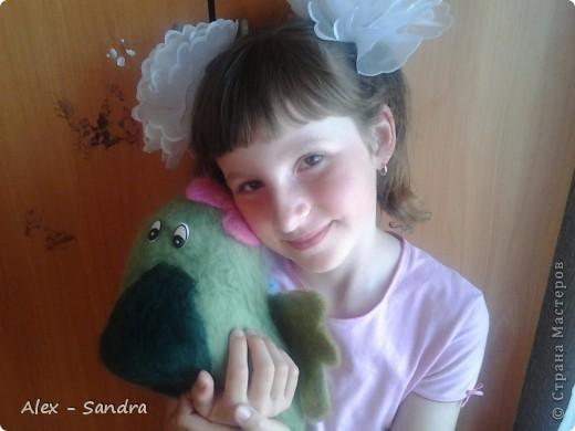 """Предлагаю вашему вниманию две мягкие игрушки  из шерсти. Их я сделала моим младшим сестрам на День Защиты Детей.Лере-дракона, а Василисе-куколку. Правда, Лера их нашла сегодня, и поэтому они раньше срока попали в руки мелким.Но вот в чем я ошиблась: Куклу надо было делать на подобии Маши из любимого Васиного мультика """"Маша и Медведь"""". Но сестры остались довольны. фото 6"""