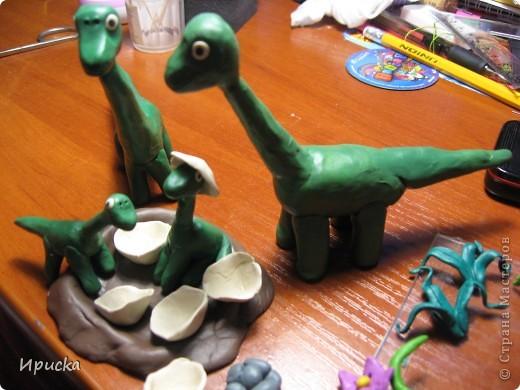 (А. Монт)   У мамы-динозаврихи в семействе прибавленье –  Малютки-динозаврики достойны умиленья!  Еще вчера динозаврята лежали в яйцах, как цыплята,  И скучно было там, хоть плачь, яйцо всего... с футбольный мяч!  Но вот скорлупки развалились, из них степенно появились:  Лобастик, Бука, Радостёнок, а этот шустрый – Пострелёнок.  Гуськом за мамой, след во след, отправились глядеть на свет,  Пришли... Вот динозавров стадо, здесь мама всем представить рада  Детишек: «Бука, Радостёнок, Лобастик…где же Пострелёнок?  О горе, горе, неужели напали хищники и съели  Сыночка, крошечку, ребёнка, несчастного динозаврёнка?»  И мчится стадо, мчится мать пропавшего искать, спасать.  От топота земля дрожит и лес поваленный трещит...  Вдруг видят, вот он – Пострелёнок, хвостом играет, как котёнок:  Кружится, силится поймать, но хвост не может свой догнать.  От пережитого волненья у динозавров тут колени  Ослабли вмиг и подломились – гиганты... в обморок свалились!...  ..Уж много миллионов лет на свете динозавров нет,  На всей большой планете! Никто не знает – почему?  Наверное, не потому, что их пугали дети!  Но может так, на всякий случай, родителей не будем мучить –  Теряться, драться, удирать... а будем их оберегать?  фото 4