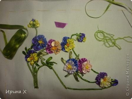 Мне выпал день Анютиных глазок. Я решила попробовать вышить цветы алассными лентами. Цветочки очень красивые, летом во дворе у меня их огромная разноцветная клумба. Опыт вышивания лентами у меня очень скромный, я только делаю первые шаги.  фото 2