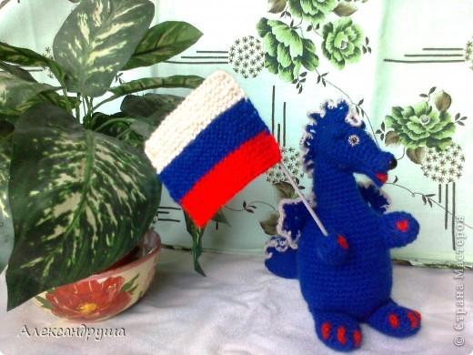 Здравствуйте! Меня зовут дракоша - Бесик. Я живу в России и моё имя обозначает три цвета Российского флага: БЕлый, СИний, Красный. фото 2