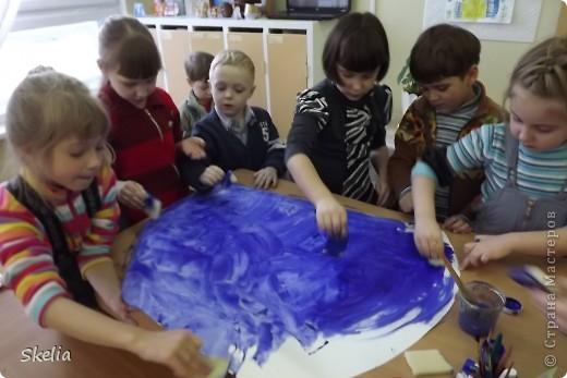 Какое чудо - детские ладошки! Вот и мы создали чудо-аквариум, где каждая рыбка - ладока своего автора! фото 2