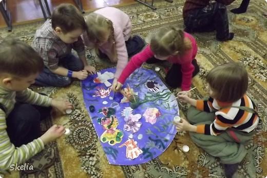 Какое чудо - детские ладошки! Вот и мы создали чудо-аквариум, где каждая рыбка - ладока своего автора! фото 5