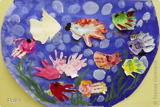 Какое чудо - детские ладошки! Вот и мы создали чудо-аквариум, где каждая рыбка - ладока своего автора! фото 6