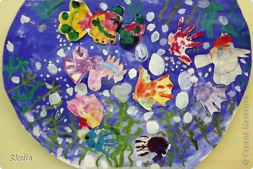 Какое чудо - детские ладошки! Вот и мы создали чудо-аквариум, где каждая рыбка - ладока своего автора! фото 1