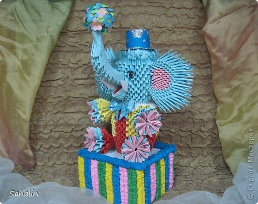Нарисую я слона  Голубою краской.  Голова, спина, живот,  Синенькие глазки.  Хобот у слона большой,  И большие уши.  Любит он играть со мной,  Любит сказки слушать.  Голубой красивый слон  Был подарен маме.  И повешен будет он  В самой лучшей раме.  (Л. Крымова) фото 1