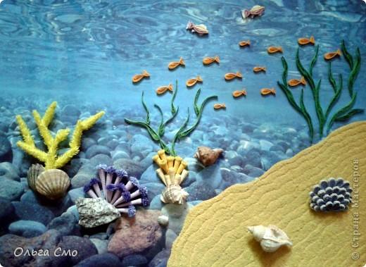 Всемирный день моря - один из международных дней в системе Организации Объединенных Наций, призванный обратить внимание правительств всех стран мира на проблемы морей и океанов. Начиная с 1978 года и до 1980 года он отмечался 17 марта, но затем по решению Х сессии Ассамблеи Межправительственной морской консультативной организации (ИМКО) в последнюю неделю сентября.  Цель Всемирного дня моря привлечь внимание международной общественности к тому, какой невосполнимый ущерб морям и океанам наносят перелов рыбы, загрязнение водоемов и глобальное потепление. Две наиболее важные задачи — повышение безопасности на море и предупреждение загрязнения морской среды, в частности нефтью.   По данным ООН, за последние 100 лет такие виды рыб, как тунец, треска, марлин были выловлены на 90%. Около 21 миллионов бареллей нефти ежегодно выливается в моря и океаны. Синтетические отходы, сбрасываемые в крупные водоемы, являются причиной гибели миллиона морских птиц и 100 000 морских млекопитающих в год. Из-за глобального потепления за последние 100 лет уровень воды в крупных водоемах планеты поднялся на 10-25 см.  Во Всемирный день моря проводятся лекции, круглые столы и конференции, посвящённые проблемам экологической безопасности морских перевозок и сохранению биоресурсов. Особенно во все эти мероприятия необходимо вовлекать подростающее поколение. В некоторых странах проходят выставки работ школьников на тему экологии и сохранения чистоты моря: рисунки, лозунги, плакаты. На встречах с докладами, призывающими к бережному отношению к природным ресурсам, выступают молодые экологи из школ и лицеев. Так же с ребятами можно провести викторину, сделать поделки на морскую тематику, устроить песенный конкурс между командами, какая команда вспомнит больше песен о море.   Некоторые активисты во Всемирный день моря предпочитают не теоретические, а практические действия: проводят акции по очистке от отходов морского побережья.  фото 4