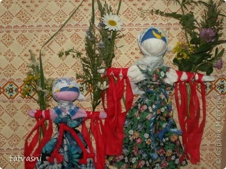 """Кукла """"Купавка"""" - народная обрядовая кукла одного дня. Делали ее в праздник Ивана купалы, 7 июля. Завязывая ленточки на руках куклы, девушки загадывали желания или просили унести все неудачи с собой . В ночь на Ивана Купалы эти куклы , как и венки опускали на воду текущей реки. И куклы уплывали. А с ними и все горести, неудачи. На конкурс представлены две кулы """"Купавка"""", совместная работа моя и дочери Марии.   фото 1"""