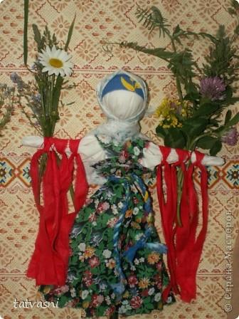 """Кукла """"Купавка"""" - народная обрядовая кукла одного дня. Делали ее в праздник Ивана купалы, 7 июля. Завязывая ленточки на руках куклы, девушки загадывали желания или просили унести все неудачи с собой . В ночь на Ивана Купалы эти куклы , как и венки опускали на воду текущей реки. И куклы уплывали. А с ними и все горести, неудачи. На конкурс представлены две кулы """"Купавка"""", совместная работа моя и дочери Марии.   фото 8"""